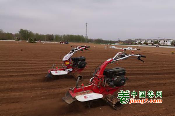 河南郏县:无人机开沟助生产